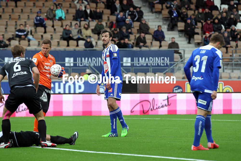 19.4.2015, Sonera stadion, Helsinki.<br /> Veikkausliiga 2015.<br /> Helsingin Jalkapalloklubi - FC Lahti..<br /> MIke Havenaar (HJK), vasemmalla Henrik Moisander &amp; Pyry K&auml;rkk&auml;inen (FC Lahti).
