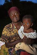 We met this mother and her child on one of our stops between Kigali and Volcano National Park. We found a god tone, and she did not mind to be photographed | Vi møtte denne moren med barn på en av våres stopp mellom Kigali og Volcano National Park. Vi fikk en god tone, og hun hadde ingenting imot å bli fotografert sammen med sitt barn.