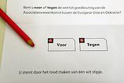 Nederland, Nijmegen, 6-4-2016 Referendum over het handelsverdrag van de europese unie met de oekraine. Deze kiezer, stemmer, heeft zijn stembiljet bewust ongeldig gemaakt door ale twee de rondjes rood te maken.  In Ubbergen wordt gestemd in het dorpshuis .The Netherlands, referendum Foto: Flip Franssen/Hollandse Hoogte