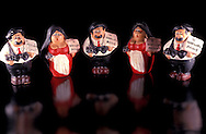"""Souvenir venduti  in Sicilia  che raffigurano """"U mafiusu Sicily"""" con il tradizionale copricapo siciliano, la coppola e il fucile a canne mozze. .Souvenirs sold in Sicily, which depict """"U mafiusu Sicily"""" with the traditional Sicilian headgear, the coppola and the  sawn-off shotgun"""