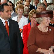 NLD/Utrecht/20110622 - Koninging Beatrix slaat 1e digitale munt bij jubileum Rijksmunt, minister Jan Kees de Jager