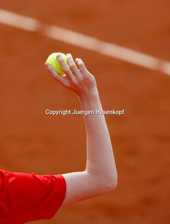 Fed Cup Relegationsspiel in der Weltgruppe zwischen Deutschland und Frankreich auf der Anlage des Frankfurter TC 1914 Palmengarten,ITF, Tennis,.Germany,France,Arm eines Balljungen der Ball hochhaelt,..Photo: Juergen Hasenkopf..