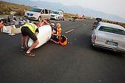 Een auto passeert de VeloX V vlak voor de start van een testrun. Het team test de VeloX V in de woestijn. Het Human Power Team Delft en Amsterdam (HPT), dat bestaat uit studenten van de TU Delft en de VU Amsterdam, is in Amerika om te proberen het record snelfietsen te verbreken. Momenteel zijn zij recordhouder, in 2013 reed Sebastiaan Bowier 133,78 km/h in de VeloX3. In Battle Mountain (Nevada) wordt ieder jaar de World Human Powered Speed Challenge gehouden. Tijdens deze wedstrijd wordt geprobeerd zo hard mogelijk te fietsen op pure menskracht. Ze halen snelheden tot 133 km/h. De deelnemers bestaan zowel uit teams van universiteiten als uit hobbyisten. Met de gestroomlijnde fietsen willen ze laten zien wat mogelijk is met menskracht. De speciale ligfietsen kunnen gezien worden als de Formule 1 van het fietsen. De kennis die wordt opgedaan wordt ook gebruikt om duurzaam vervoer verder te ontwikkelen.<br /> <br /> A car passes the VeloX V just before starting the test run. The team tests the VeloX V. The Human Power Team Delft and Amsterdam, a team by students of the TU Delft and the VU Amsterdam, is in America to set a new  world record speed cycling. I 2013 the team broke the record, Sebastiaan Bowier rode 133,78 km/h (83,13 mph) with the VeloX3. In Battle Mountain (Nevada) each year the World Human Powered Speed Challenge is held. During this race they try to ride on pure manpower as hard as possible. Speeds up to 133 km/h are reached. The participants consist of both teams from universities and from hobbyists. With the sleek bikes they want to show what is possible with human power. The special recumbent bicycles can be seen as the Formula 1 of the bicycle. The knowledge gained is also used to develop sustainable transport.