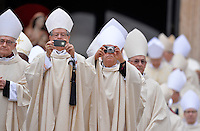 Rom, Vatikan 27.04.2014 Heiligsprechung Papst Johannes Paul II und Papst Johannes XXIII Bischoefe fotografieren den voll besetzten Petersplatz