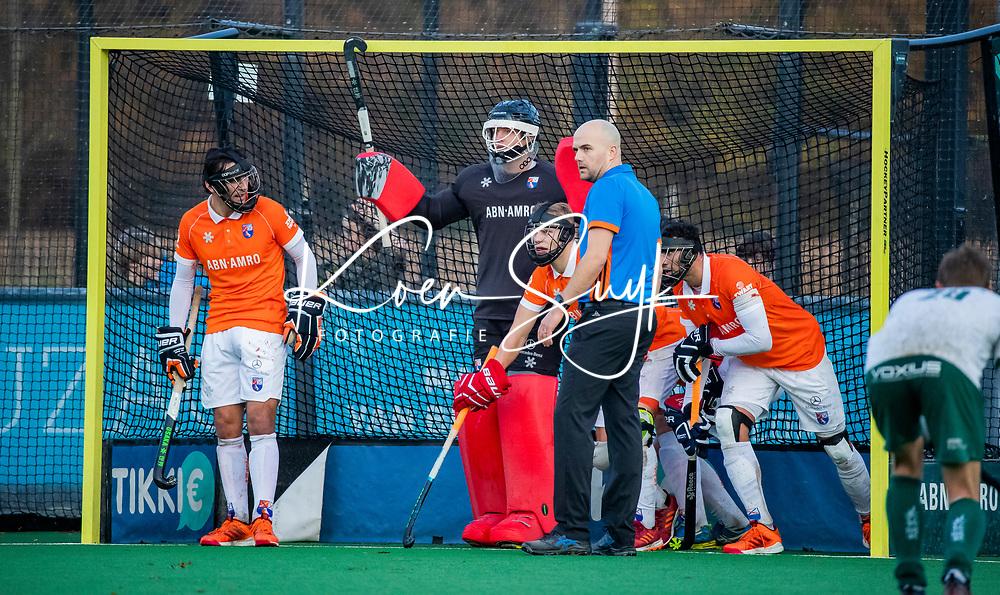 BLOEMENDAAL - scheidsrechter Pieter Hembrecht bij de verdediging van Bloemendaal met een strafcorner  tijdens  hoofdklasse competitiewedstrijd  heren , Bloemendaal-Rotterdam (1-1) .COPYRIGHT KOEN SUYK