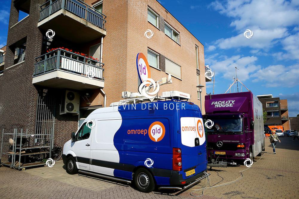 AMMERZODEN - TV Gelderland is neergestreken in het gelderse dorpje Ammerzoden. Met hier op de foto de zendwagen van TV Gelderland en helemaal rechts in beeld nog net Angelique Krüger. FOTO LEVIN DEN BOER - PERSFOTO.NU