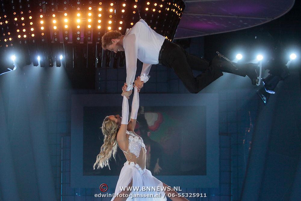 NLD/Ede/20110415 - Finale Sterren Dansen op het IJs 2011, Michael Boogerd en Darya Nucci in de lucht