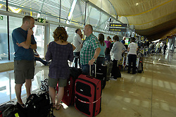 19.04.2010, Flughafen Barajas, Madrid, ESP, Flughafen Madrid Barajas im Bild wartende Fluggäste, Auch in Spanien kommte es durch den Vulkanausbruch in Island zu grossen Verzögerungen, EXPA Pictures © 2010, PhotoCredit: EXPA/ Alterphotos/ ALFAQUI/ R. Perez / SPORTIDA PHOTO AGENCY