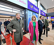 Koning Willem Alexander heeft met staatssecretaris Mona Keijzer van Economische Zaken en Klimaat (EZK) in Beverwijk een werkbezoek gebracht in het kader van de detailhandel in binnensteden. Die sector staat – vooral in middelgrote steden – voor de grote uitdaging om aantrekkelijk te blijven voor consumenten die vaker online winkelen of naar een grote stad gaan om te winkelen.