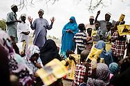 Kvinder og børn lytter Sophia Abdi Noor som stiller op til parlementet.