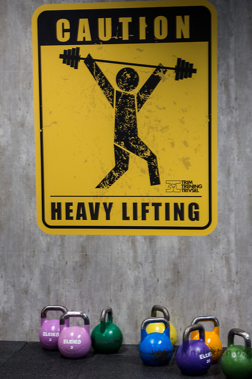 Heavy lifting sign and  Kettlebells at a 3T-gym in Trondheim, Norway