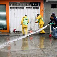 IXTAPALUCA, Mex.- En La colonia El Molino, en Ixtapaluca, los trabajos de limpieza en casas y calles continúan por parte de los vecinos afectados por la lluvia que caracterizo este fin de semana, lo que ocasiono el desborde del canal de Guadalupe Victoria, quedando afectadas más de 200 viviendas, algunos vecinos sacan sus muebles  y ropa que por el agua quedaron inservibles. Agencia MVT / Juan García. (DIGITAL)<br /> <br /> NO ARCHIVAR - NO ARCHIVE