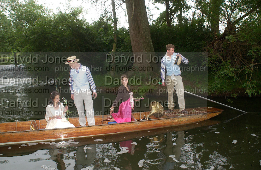 Oxford: Sophie Bower, Simon Akam, Christian Stobbs and Amelie Sarrado-Helbich-Posbacher. The Dangerous Sports Club host the innauguaral Oxford V  Cambridge Punt Race. University Parks. Oxford. 25 June 2005. 25 June 2005. ONE TIME USE ONLY - DO NOT ARCHIVE  © Copyright Photograph by Dafydd Jones 66 Stockwell Park Rd. London SW9 0DA Tel 020 7733 0108 www.dafjones.com