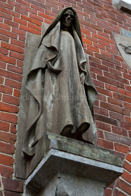 Statue of Death, Kerkplein, Den Haag, on a building designed by Hendrik Berlage