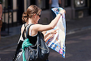 Twee vrouwen zoeken de weg op de kaart van Utrecht.<br /> <br /> Two women are trying to find the way on a map of Utrecht.