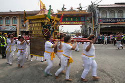 © Licensed to London News Pictures. 18/10/2015 Batu Gajah, Perak, Malaysia. Devotees carrying a emperor god prepare to charge into Sam Wong Kong temple during the Nine Emperor Gods Festival celebration in Batu Gajah, Malaysia, Sunday, Oct. 18, 2015. Photo credit : Sang Tan/LNP