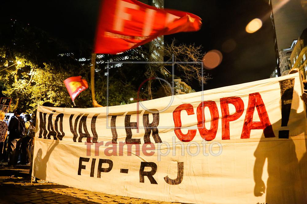 Rio de Janeiro - 03/06/2014 - Ato dos educadores unificados, federal, estadual e municipal na Cinelândia, centro da Cidade. Foto: Rudy Trindade / Frame