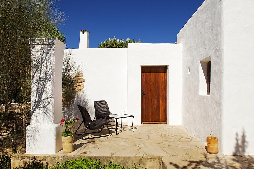 31/Julio/2013 Espa&ntilde;a. Islas Baleares. Ibiza<br /> Agroturismo Ca n'Escandell.<br /> Terraza habitaci&oacute;n Es Colomar