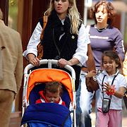 NLD/de Bilt/20050521 - Zwangere Maria Kooistra, partner Steve te Pas en kinderen Storm en Lorca