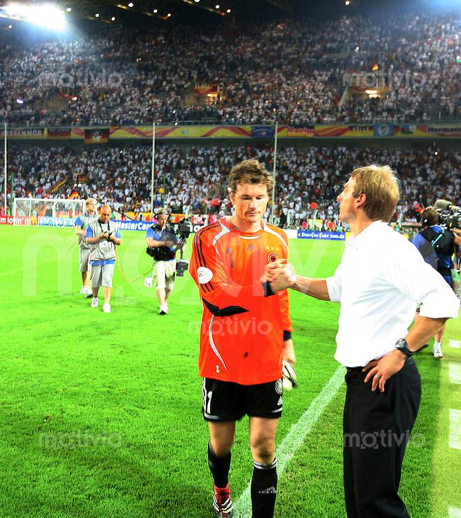 Fussball WM 2006  Viertelfinale  Deutschland - Italien Trainer Juergen Klinsmann mit Jens Lehmann (GER)