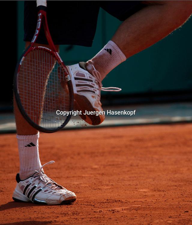 French Open 2010, Roland Garros, Paris, Frankreich,Sport, Tennis, ITF Grand Slam Tournament,Spieler schlaegt mit Racket an Schuhsohle,Feature,..  ..Foto: Juergen Hasenkopf..