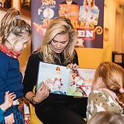 NLD/Amsterdam/20191111 - Presentatie sinterklaasboeken met Rafael v/d Vaart, Nicolette van Dam en Wendy van Dijk, Nicolette van Dam leest voor