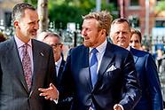 Koning Willem-Alexander en Koning Felipe VI arriveren bij het Rijksmuseum voor de opening van de ten