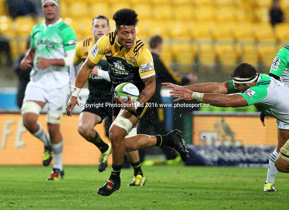 Hurricanes' Ardie Savea breaks clear to head in for a try during the Round 14 Super Rugby match, Hurricanes v Highlanders at Westpac Stadium, Wellington. 27th May 2016. Copyright Photo.: Grant Down / www.photosport.nz