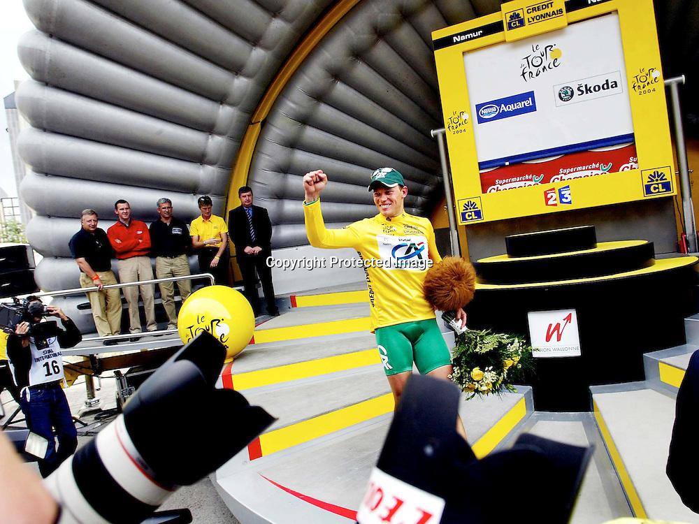 Namur/Belgia 20040705.Tour de France. Thor Hushovd fÂr den gule ledertr¯ya...Foto: Daniel Sannum Lauten/Dagbladet