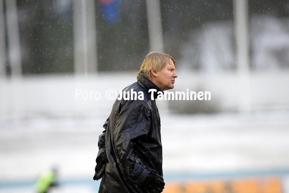 19.04.2006, Urheilukeskus, Lahti, Finland..Veikkausliiga 2006 - Finnish League 2006.FC Lahti - FC Inter Turku.Valmentaja Kari Virtanen - Inter.©Juha Tamminen....ARK:k