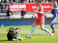 FODBOLD: Mikkel Andersen (Lyngby BK) når bolden før Nicolas Mortensen (FC Helsingør) nder kampen i ALKA Superligaen mellem Lyngby Boldklub og FC Helsingør den 10. september 2017 på Lyngby Stadion. Foto: Claus Birch