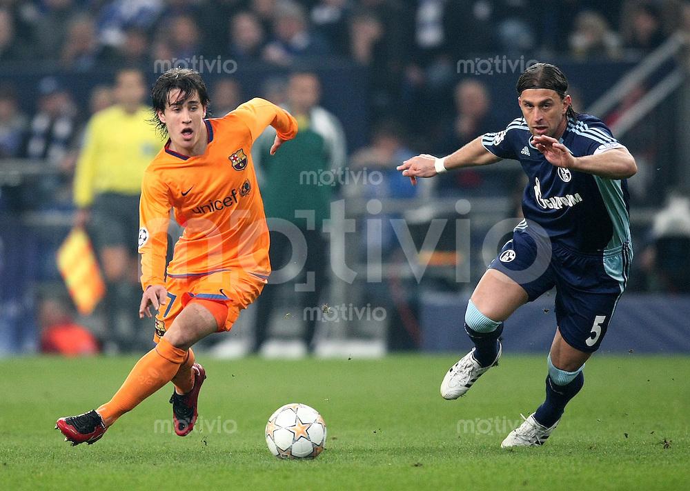Fussball  Champions League   Viertelfinale   Saison 2007/2008 FC Schalke 04  - FC Barcelona                          01.04.2008 Bojan Krkic (li, Barca) gegen Marcelo Bordon (Schalke)