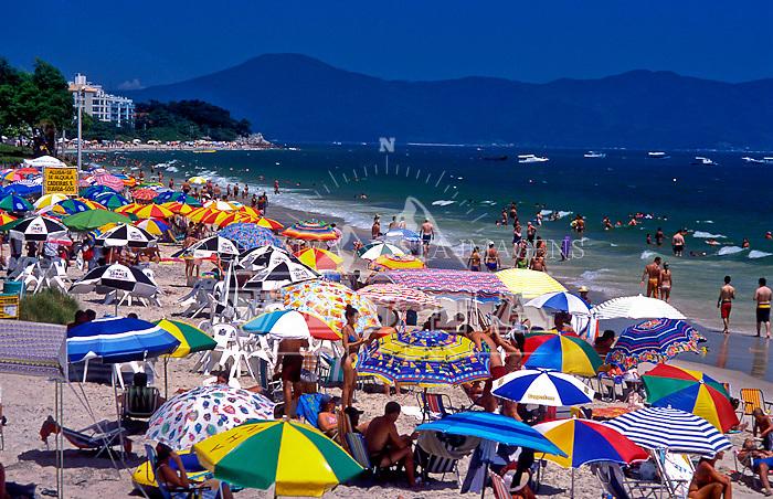 Temporada na praia de Canasvieiras, Florianopolis, Santa Catarina, Brasil, foto de Ze Paiva/Vista Imagens