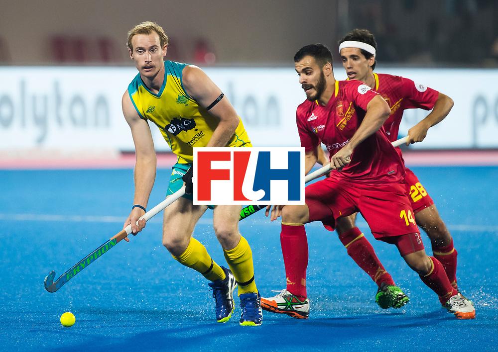 BHUBANESWAR -  Aran Zalewski (Aus) met Ricardo Santana (Esp)  en rechts Enrique Gonzalez (Esp) . Hockey World League finals , Quarter Finals . Spanje-Australie (1-4)  COPYRIGHT KOEN SUYK
