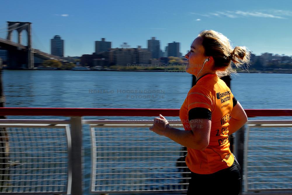 04-11-2012 ALGEMEEN: BVDGF NY MARATHON: NEW YORK<br /> De lopers van de BvdGf hebben vandaag hun eigen route gelopen langs de Hudson, Brooklyn Bridge een Manhattan Bridge / Catrien Schimmelpenninck<br /> &copy;2012-FotoHoogendoorn.nl