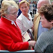 NLD/Amsterdam/20110731 - Premiere circus Hurricane met Hans Klok, Gerda moeder Hans Klok met haar zuster in gesprk met Wilma Nanninga