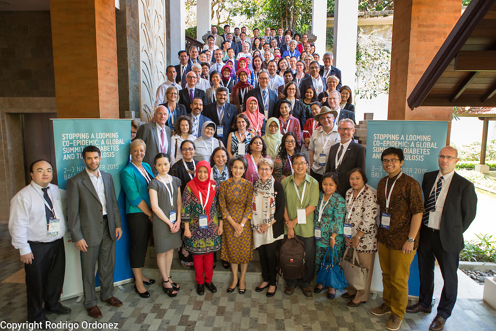 Speakers and participants pose for a group<br /> photo at the global summit on diabetes and tuberculosis in Bali, Indonesia, on November 2, 2015.<br /> The increasing interaction of TB and diabetes is projected to become a major public health issue.&nbsp;The summit gathered a hundred public health officials, leading researchers, civil society representatives and business and technology leaders, who committed to take action to stop this double threat. (Photo: Rodrigo Ordonez for The Union)