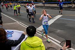 05-11-2017 USA: NYC Marathon We Run 2 Change Diabetes day 3, New York<br /> De dag van de marathon, 42 km en 195 meter door de straten van Staten Island, Brooklyn, Queens, The Bronx en Manhattan / Lies en Jo