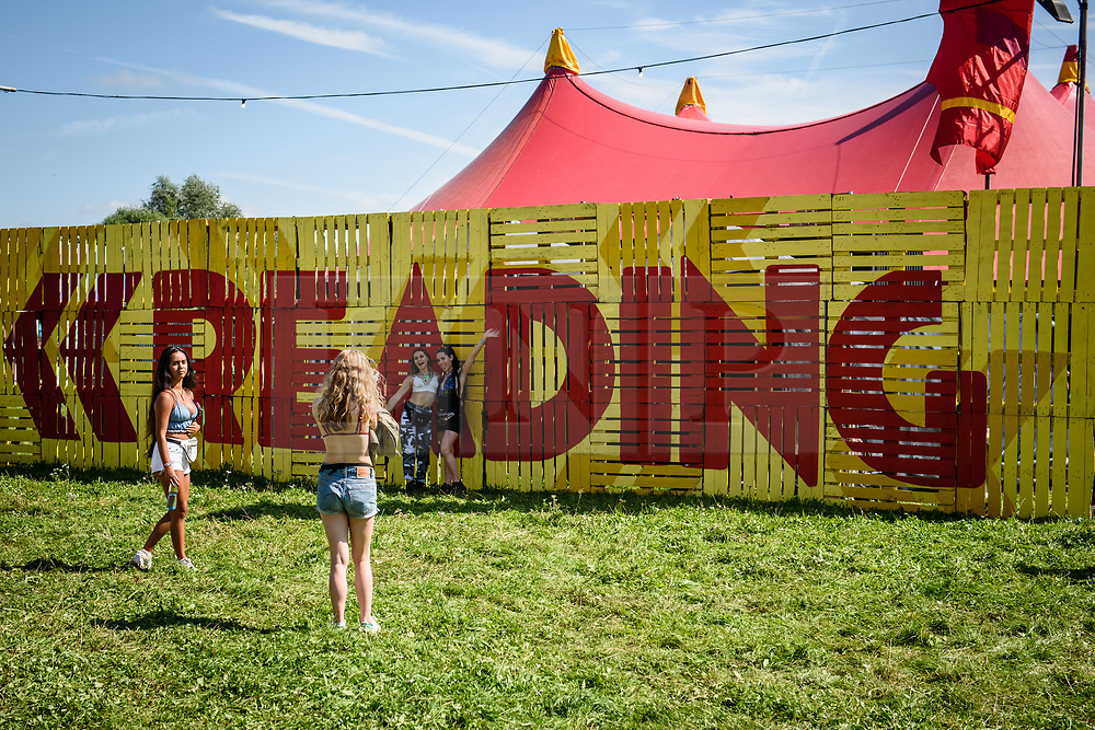 © Licensed to London News Pictures. 25/08/2017. Reading Festival 2017, Reading, UK. <br /> <br /> Crowds having fun in the Bank Holiday weekend sunshine at the Reading Festival 2017 site.<br /> <br /> Photo credit: Andy Sturmey/LNP