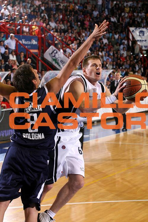 DESCRIZIONE : Napoli Lega A1 2005-06 Play Off Semifinale Gara 2 Carpisa Napoli Climamio Fortitudo Bologna <br /> GIOCATORE : Larranaga <br /> SQUADRA : Carpisa Napoli <br /> EVENTO : Campionato Lega A1 2005-2006 Play Off Semifinale Gara 2 <br /> GARA : Carpisa Napoli Climamio Fortitudo Bologna <br /> DATA : 04/06/2006 <br /> CATEGORIA : Tiro <br /> SPORT : Pallacanestro <br /> AUTORE : Agenzia Ciamillo-Castoria/G.Ciamillo <br /> Galleria : Lega Basket A1 2005-2006 <br /> Fotonotizia : Napoli Campionato Italiano Lega A1 2005-2006 Play Off Semifinale Gara 2 Carpisa Napoli Climamio Fortitudo Bologna <br /> Predefinita :