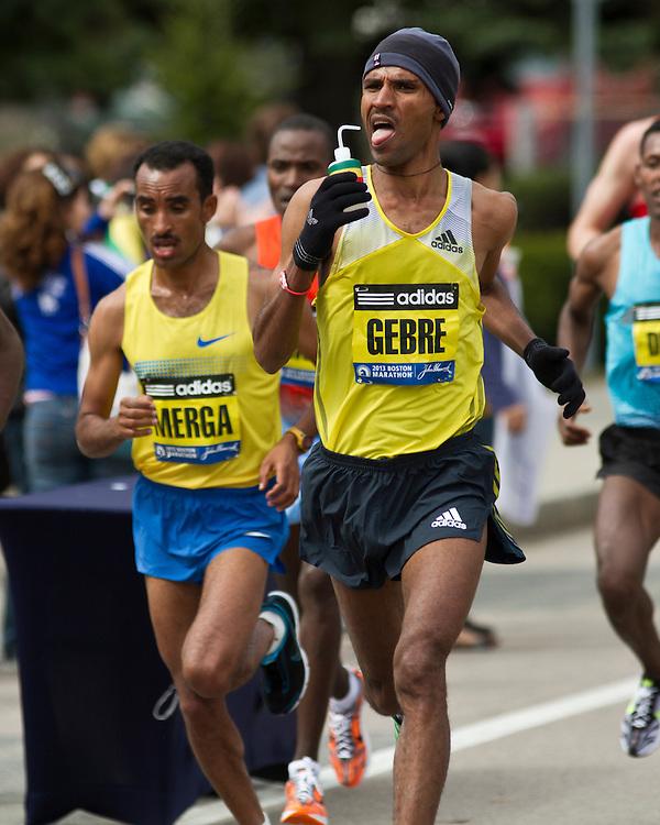 2013 Boston Marathon: Gebremariam take fluids on course