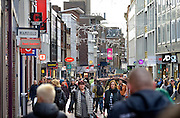 Nederland, Nijmegen, 24-12-2015 Drukte in het centrum. Winkelstraat in Nijmegen. Winkelend publiek, mensen, architectuur,wederopbouw. kerstinkopen, feestdagen FOTO: FLIP FRANSSEN/ HH