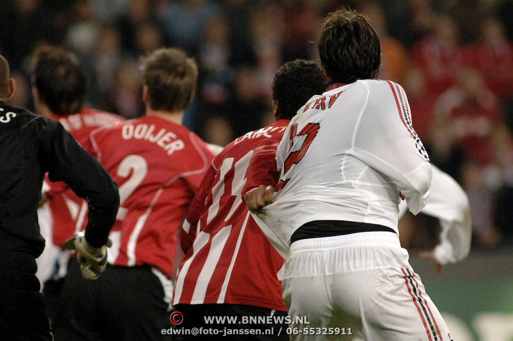NLD/Eindhoven/20051101 - Champions League PSV - AC Milan, Kaka en Michael Lamey trekken aan elkaars shirts bij een hoekschop