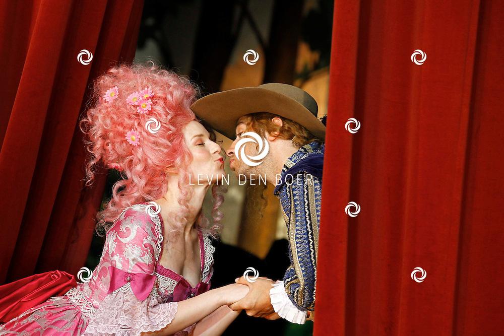 TONGEREN BELGIE - In het oude Casino waren de filmopnames van Mega Mindy en het Zwarte Kristal.  Met op de foto Free Souffriau alias Mega Mindy en Louis Talpe alias Toby. FOTO LEVIN DEN BOER - PERSFOTO.NU
