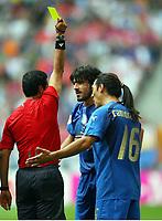 Schiedsrichter Benito Archundia zeigt Gennaro Gattuso die Gelbe Karte, rechts Mauro Camoranesi<br /> Fussball WM 2006 Tschechien - Italien<br /> Tsjekkia - Italia<br /> Norway only