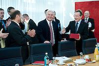 05 JAN 2009, BERLIN/GERMANY:<br /> Olaf Scholz (L), SPD, Bundesarbeitsminister, Frank-Walter Steinmeier (M), SPD, Bundesaussenminister, und Franz Muentefering (R), SPD Parteivorsitzender, Gratulationen und Applaus zu Steinmeiers Geburtstag, vor Beginn der Sitzung der SPD -Koordinierungsrunde-Bund-Laender-Komunen, Willy-Brandt-Haus<br /> IMAGE: 20090105-01-002<br /> KEYWORDS: Franz Müntefering, applaudieren, Klatschen