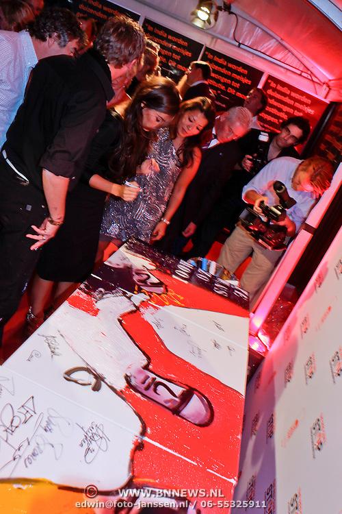 NLD/Amsterdam/20110925 - Benefietavond Red Sun Stichting Stop Kindermisbruik, Yolanthe Sneijder - Cabau van Kasbergen ondertekend een schilderij