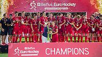 ANTWERPEN - Marijke Fleuren (voorzitter EHL) overhandigt de beker aan Thomas Briels (Belgie)  Belgie wint de titel    na de  finale mannen  Belgie-Spanje (5-0)  bij het Europees kampioenschap hockey. Belgie kampioen.  COPYRIGHT KOEN SUYK
