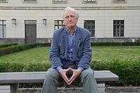 20 JUL 2006, BERLIN/GERMANY:<br /> Heinrich August Winkler, Historiker, Professor fuer Neuere und Neueste Geschichte an der Humboldt-Universitaet Berlin, auf einer Bank vor der Humbold Universitaet<br /> IMAGE: 20060720-02-034