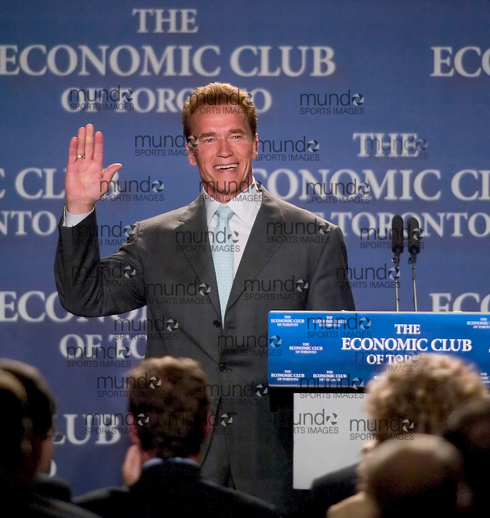 Toronto, Ontario ---30/05/07--- Governor of California Arnold Schwarzenegger waves to the crowd giving him a standing ovation following his speech to the Economic Club of Toronto. Governor Schwarzenegger received the groups newsmaker of the year award..GEOFF ROBINS AFP